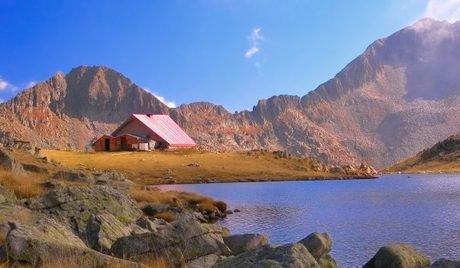 Pirin Dağları'ndaki dağ evleri ve parklar