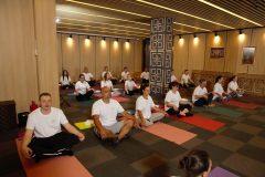 Birçok katılımcı ile yoga kursu