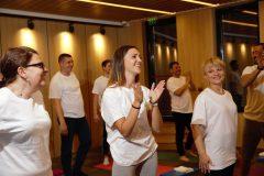Yoga derslerinde mutlu katılımcılar