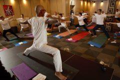Yoga bir derste poz veriyor